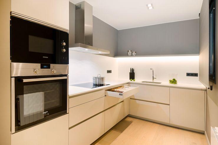 Home Staging de Lujo en Barcelona Markham Stagers Cocinas de estilo moderno Beige