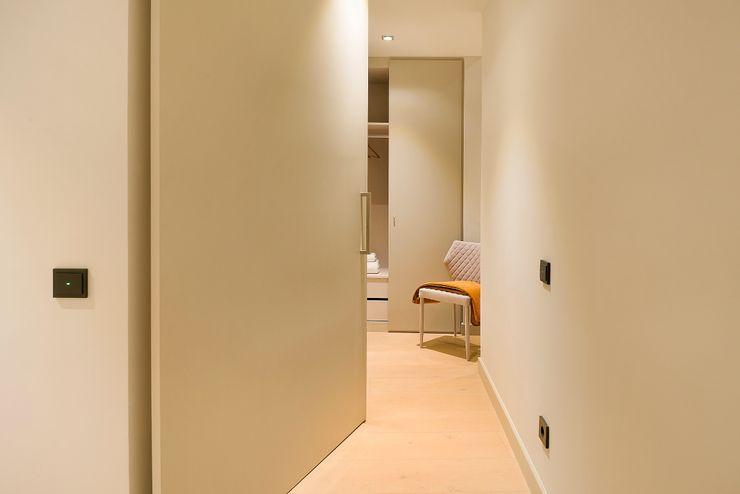 Home Staging de Lujo en Barcelona Markham Stagers Vestidores de estilo moderno Beige
