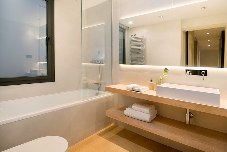 Home Staging de Lujo en Barcelona Markham Stagers Baños de estilo moderno Beige