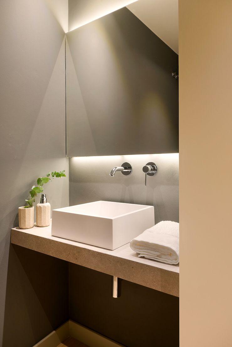 Home Staging de Lujo en Barcelona Markham Stagers Baños de estilo moderno Gris