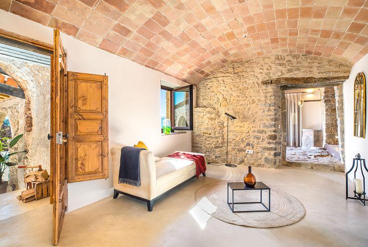 Home Staging en Masía en Girona Markham Stagers Pasillos, vestíbulos y escaleras de estilo rural Piedra