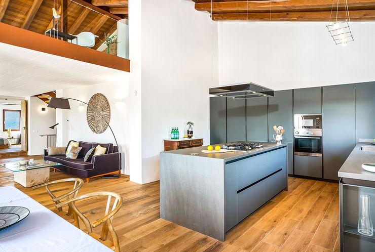 Home Staging en Masía en Girona Markham Stagers Cocinas de estilo rural Gris