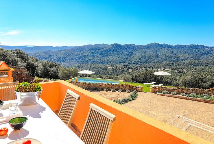 Home Staging en Masía en Girona Markham Stagers Balcones y terrazas de estilo rural