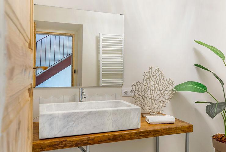 Home Staging en Masía en Girona Markham Stagers Baños de estilo rural Mármol