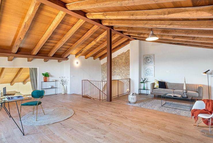 Home Staging en Masía en Girona Markham Stagers Salas multimedia de estilo rural
