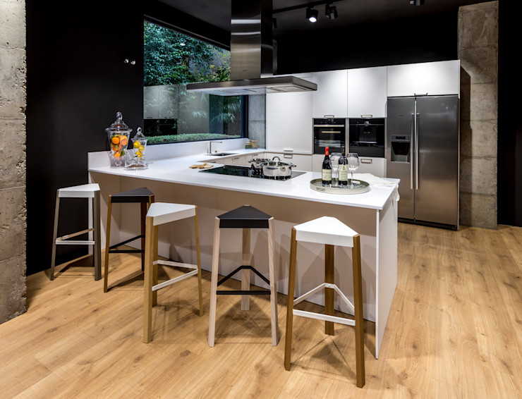 Un espacio creado para compartir en familia y con amigos mientras disfrutamos cocinando SANTOS VAGUADA CocinaAlmacenamiento y despensa Blanco