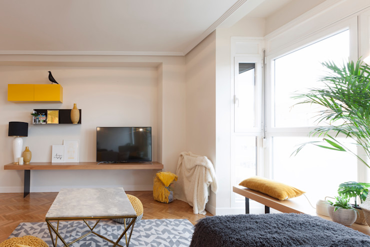 Interioristas Dimeic, diseñadores y decoradores en Madrid Salas de estar modernas Amarelo