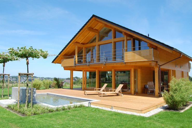 Wohnhaus in Holzbauweise mit Glasfront und Holz Wiese und Heckmann GmbH Einfamilienhaus Holz Braun