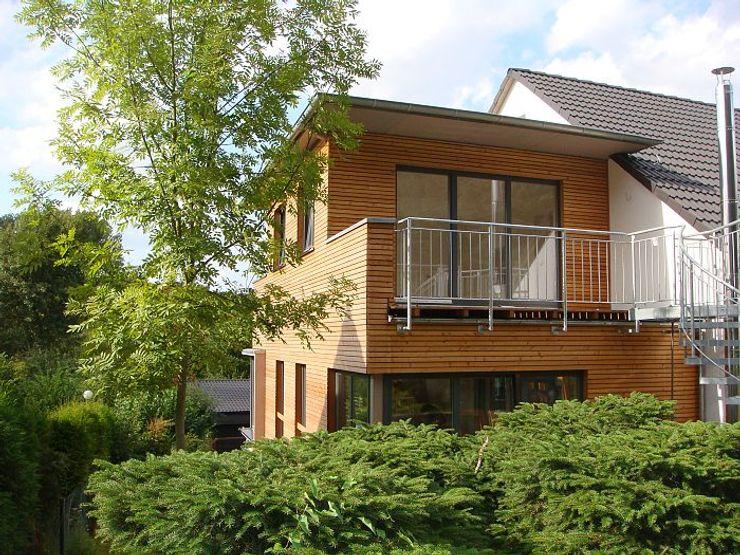 Zweigeschossiger Anbau mit Holzfassade und Balkon Wiese und Heckmann GmbH Holzhaus Holz Braun