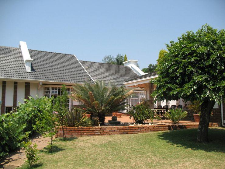 Exterior view – entertainment area (before) Nuclei Lifestyle Design Modern Garden