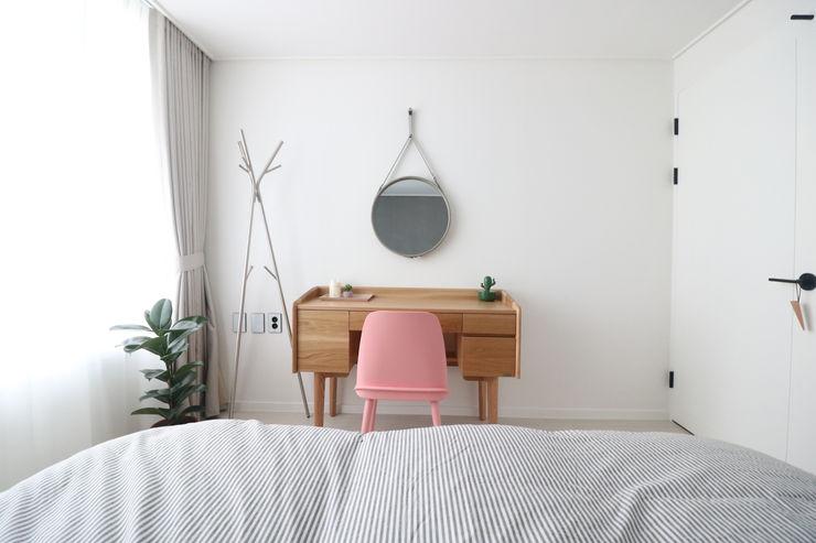 스튜디오쏭 (STUDIO SSONG) Modern Bedroom