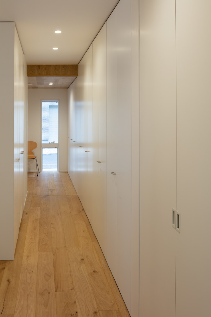 hm+architects 一級建築士事務所 Modern Corridor, Hallway and Staircase White