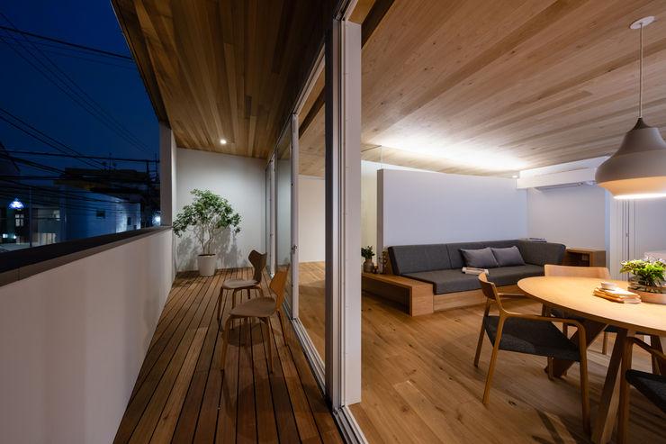 hm+architects 一級建築士事務所 Modern Terrace Wood Wood effect