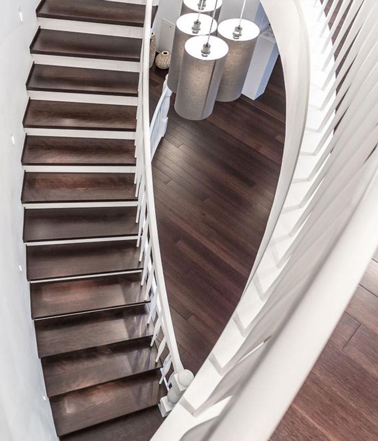 Gebogene Freitreppe: Das Herzstück unserer Arbeit zon Eichen - Handwerk und Interior Treppe Holz Braun