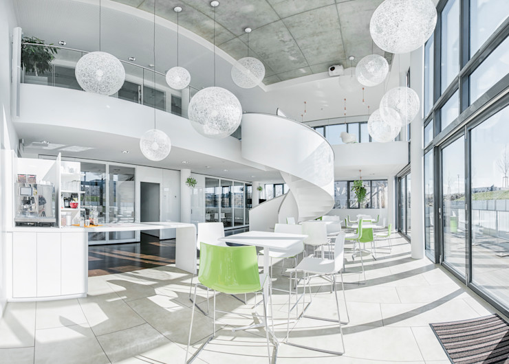Pausenraum / Eventfläche / Atrium Kaldma Interiors - Interior Design aus Karlsruhe Moderne Bürogebäude Weiß