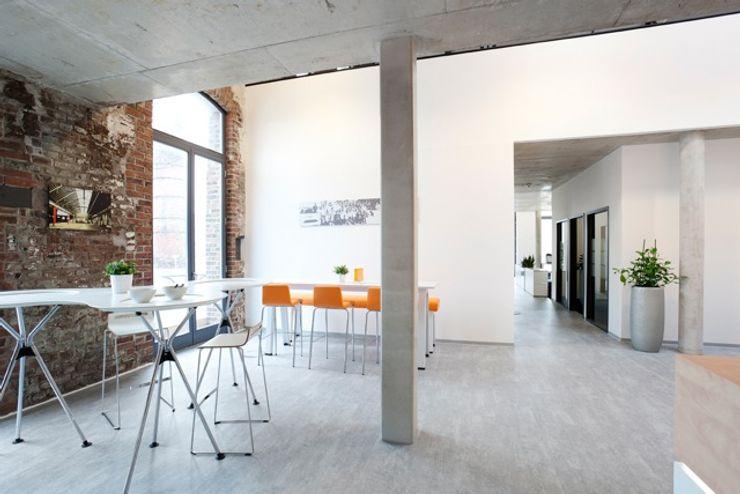 Multifunktionaler Küchenbereich Kaldma Interiors - Interior Design aus Karlsruhe Moderne Bürogebäude