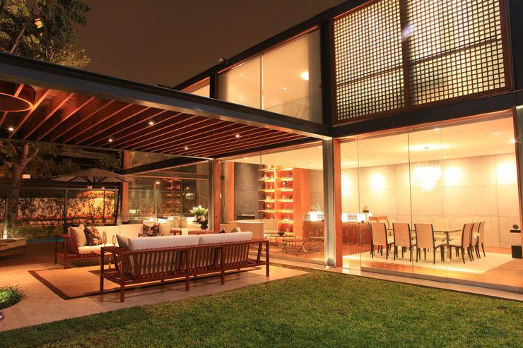 TRAZZO ILUMINACIÓN Modern Terrace