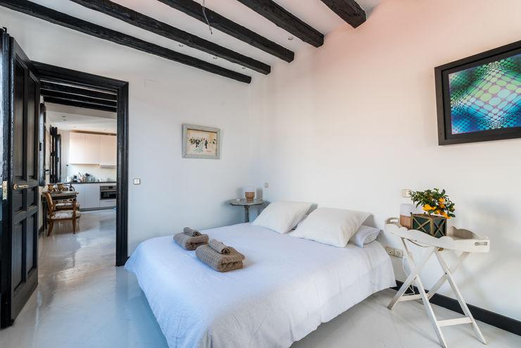 Reforma integral Dormitorio con vigas de madera y suelo epoxi Loema Reformas Integrales Madrid Dormitorios de estilo moderno