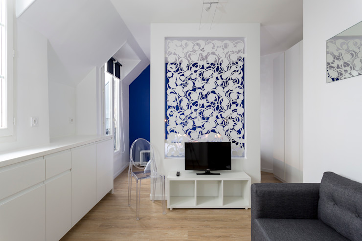La cloison distinctive du salon le sépare de l'espace de couchage Fables de murs Salon minimaliste Métal Multicolore