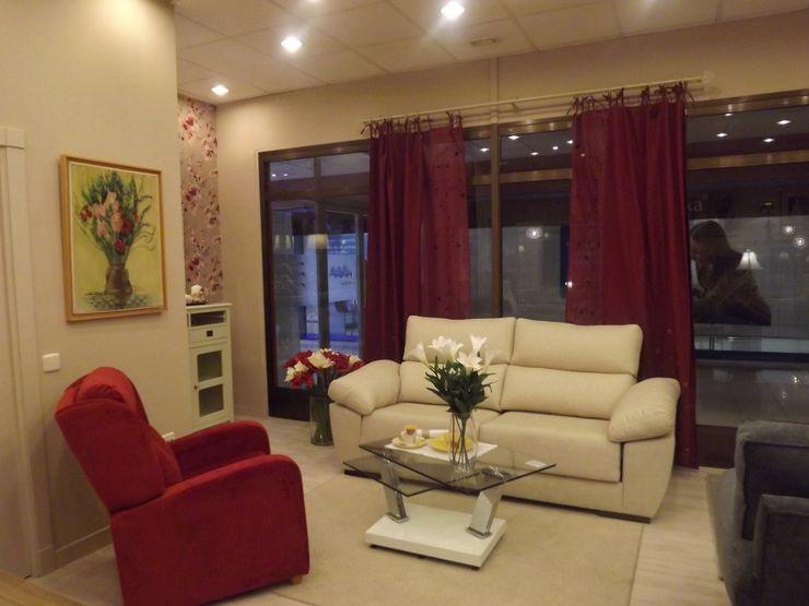 Sofás y mobiliario para decorar mi casa en madrid Almudena Madrid Interiorismo, diseño y decoración de interiores Salones de estilo clásico