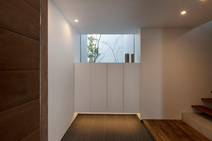 スレッドデザインスタジオ Minimalist corridor, hallway & stairs