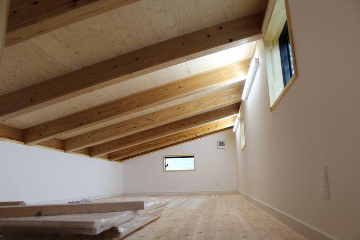 小屋裏収納 新田建築設計室 オリジナルデザインの ドレッシングルーム 木 木目調