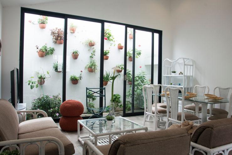 Area social CHAVARRO ARQUITECTURA Jardines de estilo minimalista Blanco