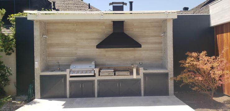 Quincho de hormigón Constructora CYB Spa Balcones y terrazas de estilo moderno