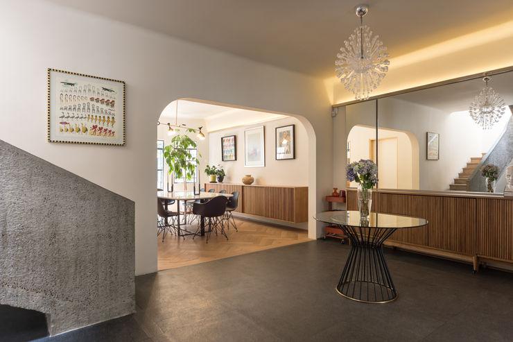 casa milton estudio atemporal Pasillos, vestíbulos y escaleras eclécticos