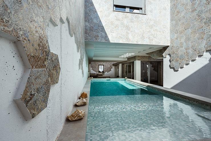 Piscina en el jardín, Casa GAS. OOIIO Arquitectura Piscinas de jardín Cerámico Turquesa