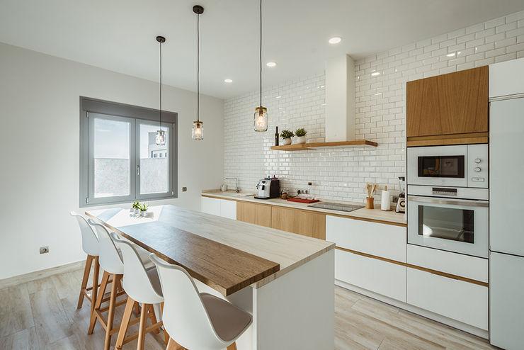 Luminosa cocina de estilo nórdico en Toledo OOIIO Arquitectura Cocinas integrales Madera Blanco
