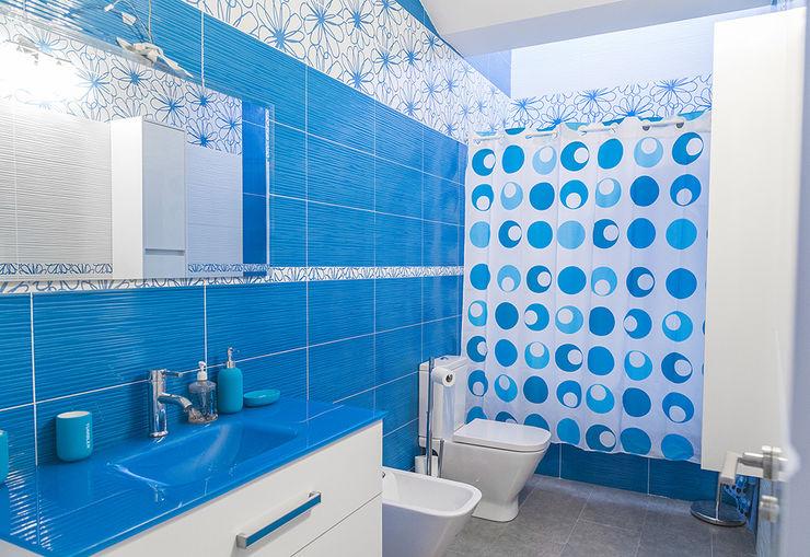 Baño alegre y diferente. OOIIO Arquitectura Baños de estilo moderno Cerámico Azul