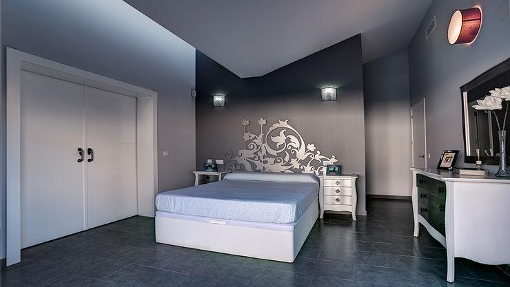 Dormitorio principal con lucernario. OOIIO Arquitectura Dormitorios de estilo moderno Derivados de madera Gris