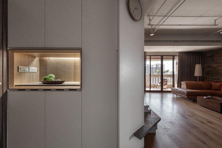 悠然寫意‧樂漫遊 權相室內裝修設計有限公司 工業風的玄關、走廊與階梯