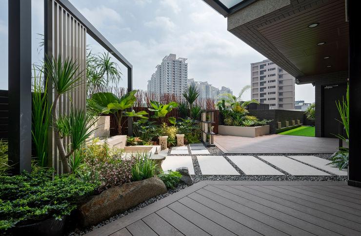 露臺除了造景留下了2/3的活動空間,地板鋪上了塑木與人工草皮 大地工房景觀公司 Tropical style balcony, veranda & terrace