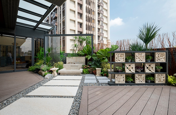砂岩雕花的石片組成的牆面,更加突顯南洋氣氛;格子狀的空間擺設可以隨心情更換的小盆栽 大地工房景觀公司 Tropical style balcony, veranda & terrace