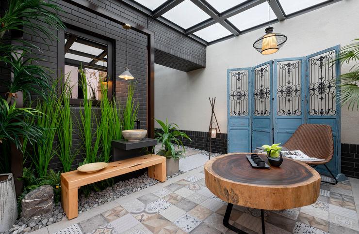 玻璃屋內部地板使用花樣多變的地磚,搭配復古屏風與木製家具還有鐵件裝飾 大地工房景觀公司 Interior landscaping