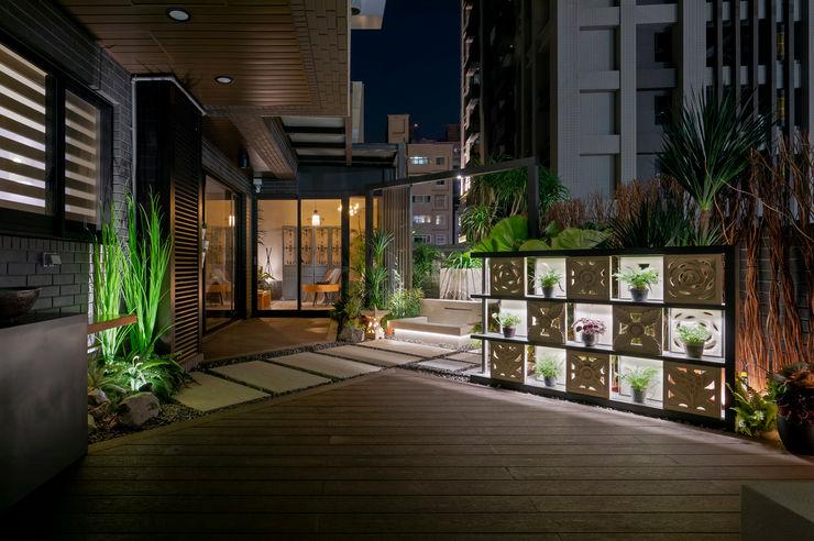 塑木的鋪設讓屋主可以在上面擺放戶外家具,以利親友聚會使用 大地工房景觀公司 Floors