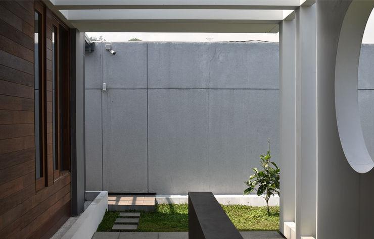 Q-House Bandung CV Berkat Estetika Balkon, Beranda & Teras Tropis Beton Grey