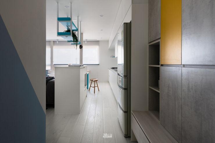 玄關 邑田空間設計 Minimalist corridor, hallway & stairs White