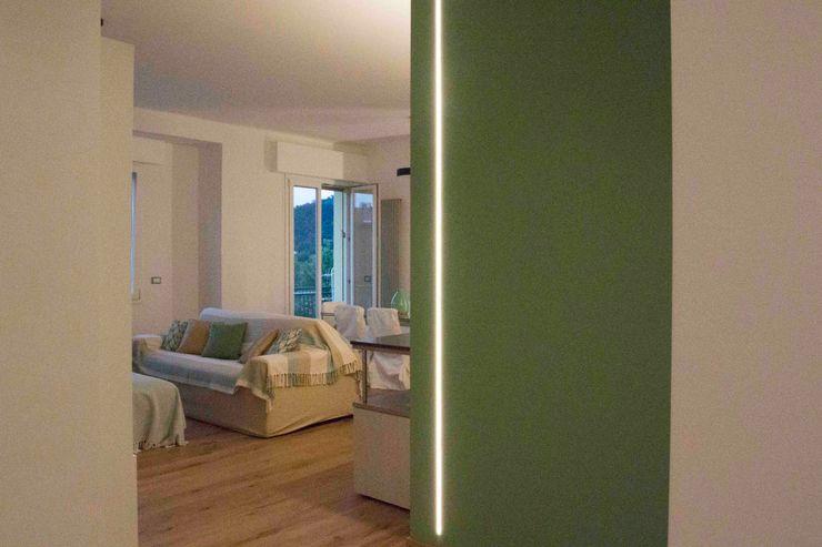 la parete color salvia dell'ingresso Simona Muzzi Architetto Ingresso, Corridoio & Scale in stile moderno Legno