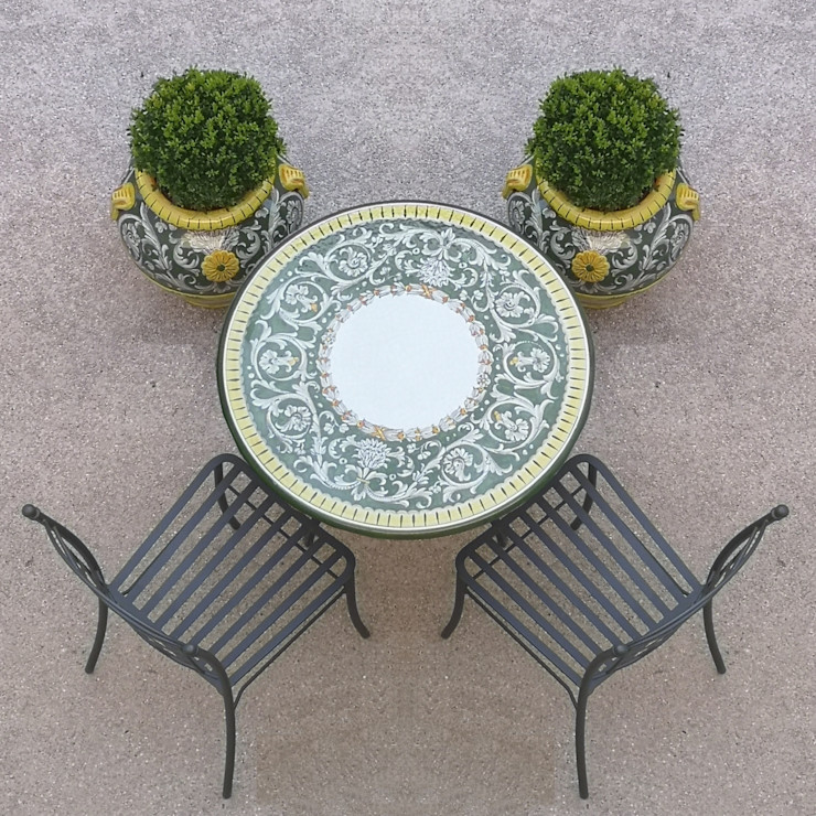 Tavolino tondo + orci collezione Versailles homify GiardinoMobili Ceramica Verde