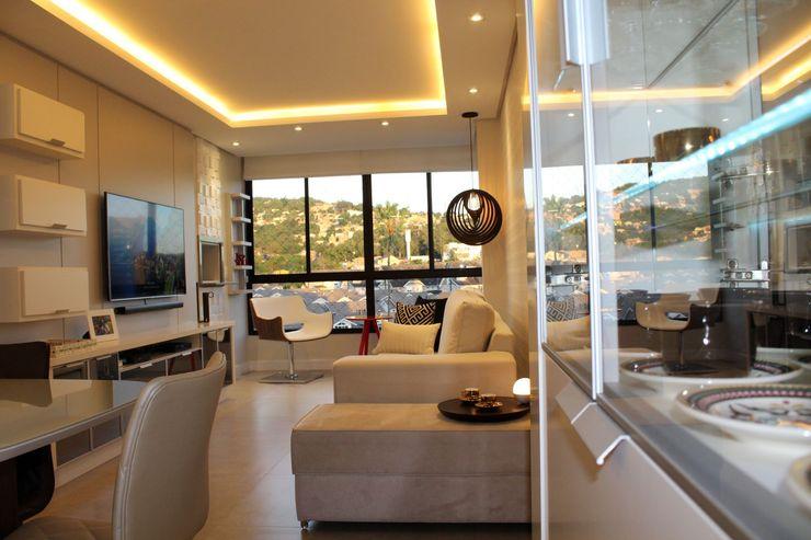 Sala de Estar com sanca, móvel em melamina cinza e cristaleira moderna com fitas leds! Tiede Arquitetos Salas de estar minimalistas Cinza