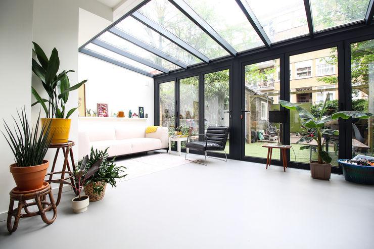Lichtgrijze PU gietvloer in moderne serre Motion Gietvloeren Moderne woonkamers Kunststof Grijs