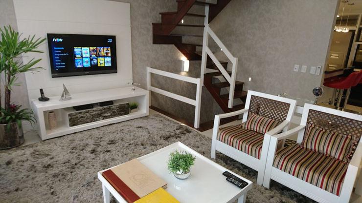 Sala TV laqueada de branco aconhegante para receber amigos! Tiede Arquitetos Salas de estar modernas Madeira Branco