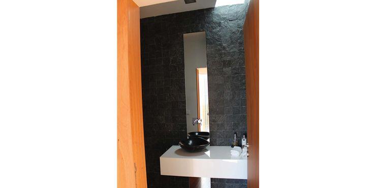 Casa de Banho de Serviço OBRA ATELIER - Arquitetura & Interiores Casas de banho modernas Cerâmica Preto