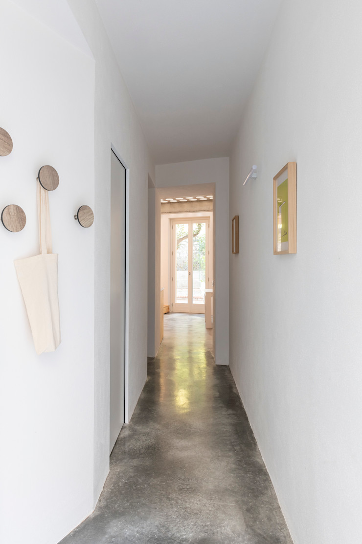 Cristina Meschi Architetto Minimalist corridor, hallway & stairs Concrete White