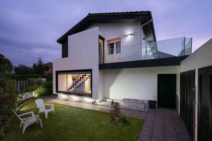 Fachada arQmonia estudio, Arquitectos de interior, Asturias Casas unifamilares Blanco