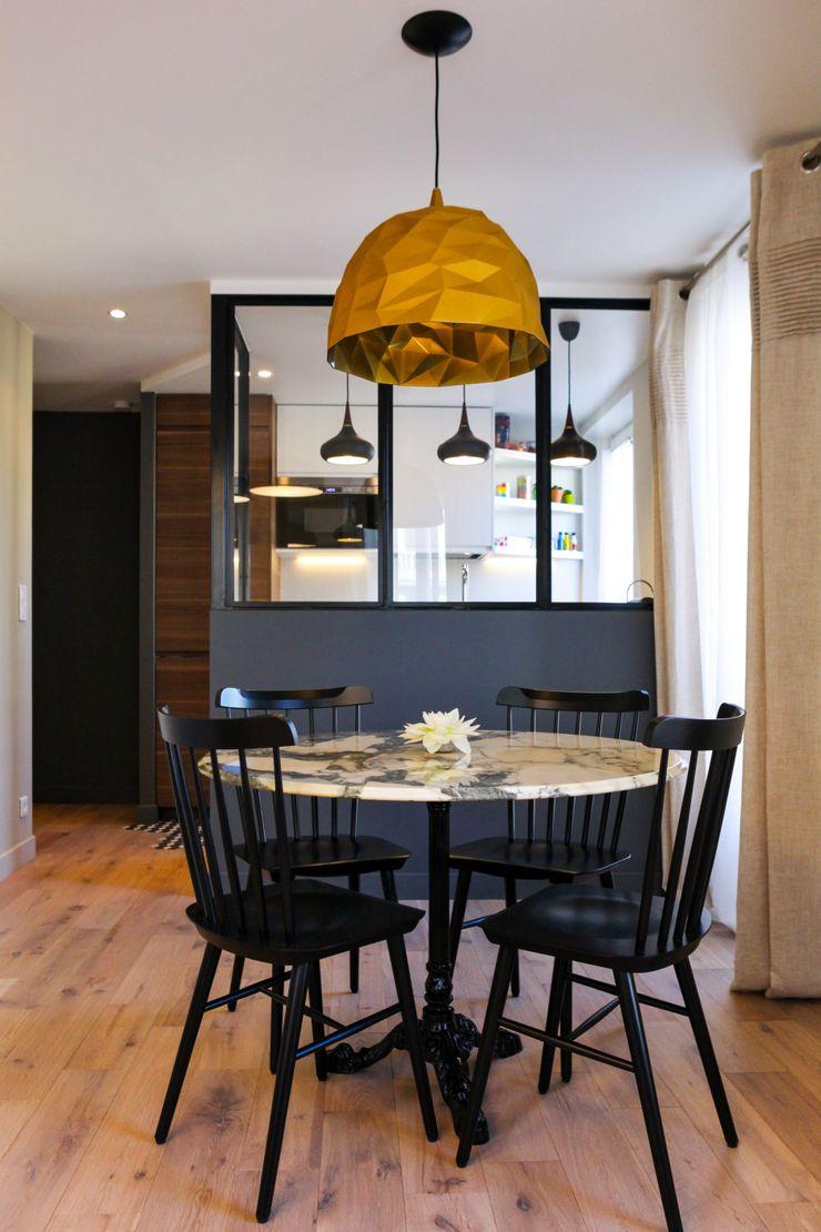 Salle à manger et vue de la cuisine au fond Créateurs d'Interieur Salle à manger industrielle