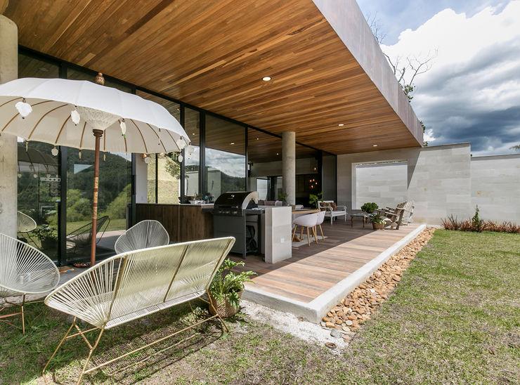 CASA ENTREMUROS BASSICO ARQUITECTOS Balcones y terrazas de estilo moderno Madera Acabado en madera